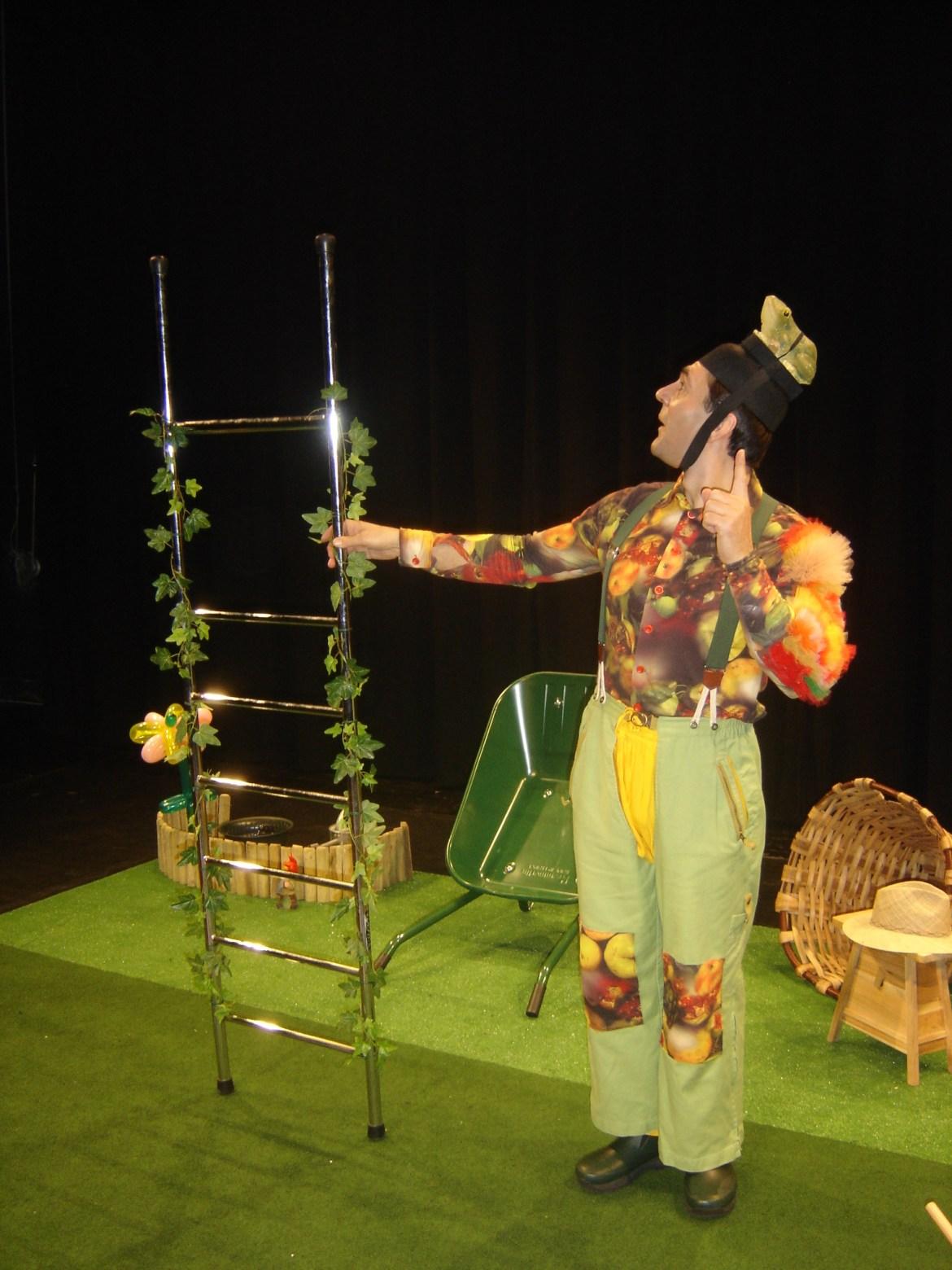 Un jardinier qui parle à son échelle d'équilibre cirkonflex