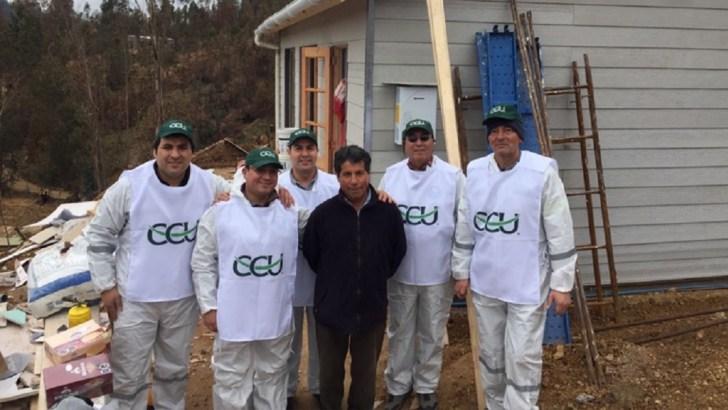 Delegación de trabajadores de CCU colaboran en pintar las cuatro casas que empresa donó a damnificados de Vichuquén