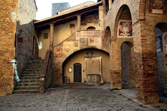 Баптистерията и музеят на църковното изкуство в Сан Джиминяно