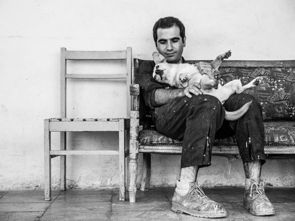 A shelter worker and his friend ©Babak Gharaei