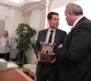 David Lisnard, con il premio consegnato da Stefano Cardinali (membro Direttivo dell'Associazione Città per la Fraternità)