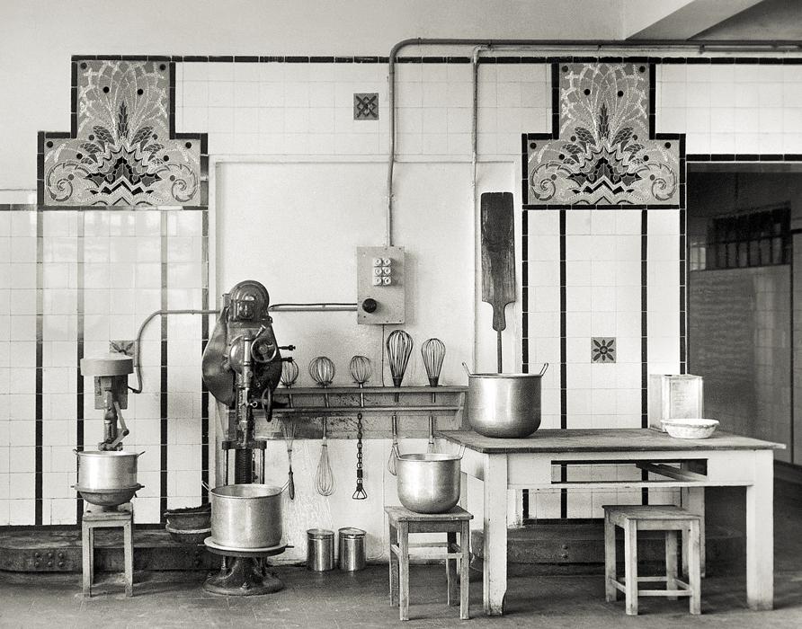 RÜHREND. Die Spaten-Brotwerke mit dem Teigaufbereitungsraum und der Konditorei- Abteilung. Die Wände waren dort mit Gmundner Keramik verziert.
