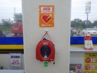 店内の壁に設置されたAEDの機械の写真