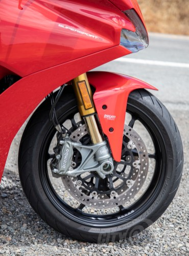 Öhlins 48mm fork tubes and Brembo four-pot Monobloc calipers.