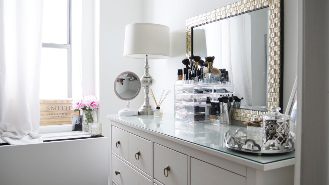 Struggle to find ways to keep your dresser organized and chic? Use these tips to create a dresser that'll up your bedroom game. #smallbedroomideas #bedroomideas #bedroomdecor #dresserdecor #dressermakeover #dresserorganization