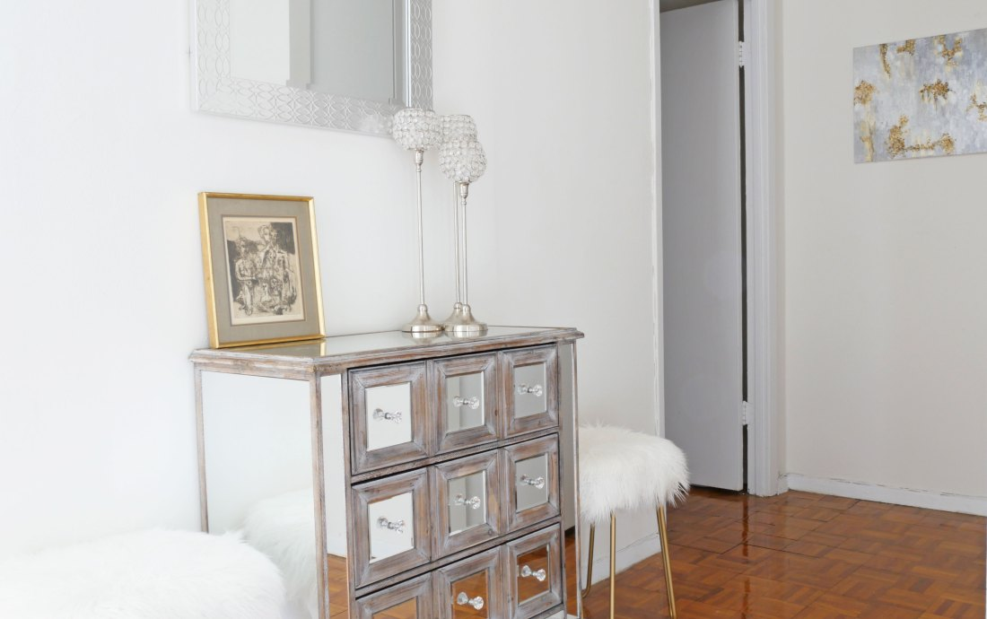 Learn how to decorate a glam apartment on a tiny budget. Yes, that's right- You don't need to spend money to decorate your apartment the way you want! #rentalhomedecoratingdiy #smalllivingroomideas #smallapartmentdecorating #smallapartmentideas #decoratingideas #decoratingideasforapartments