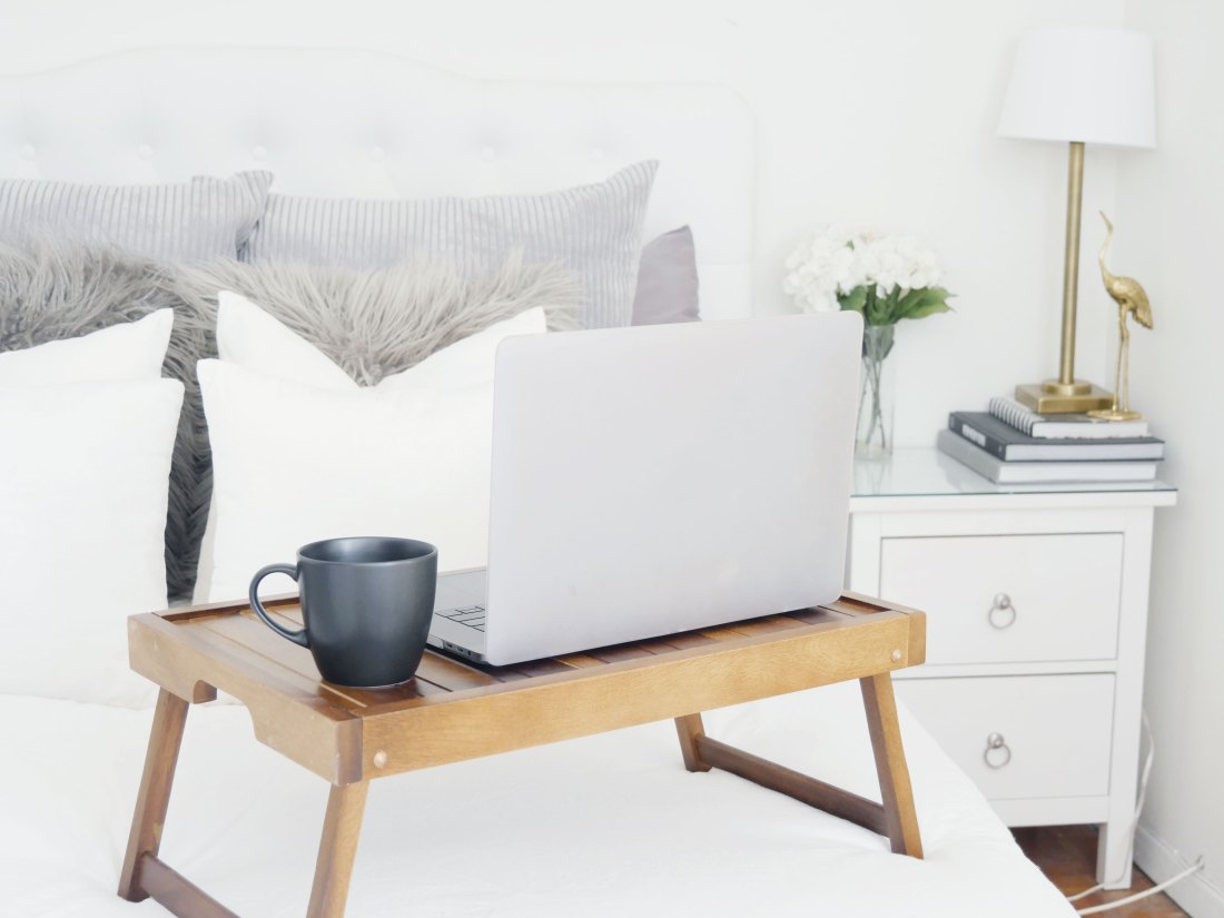 Live in a small apartment and don't have room to have a proper office? Use these tricks to stay productive and comfortably work from home! #workfromhome #smallapartmentdecorating #smallapartmentideas #rentalhomedecoratingdiy