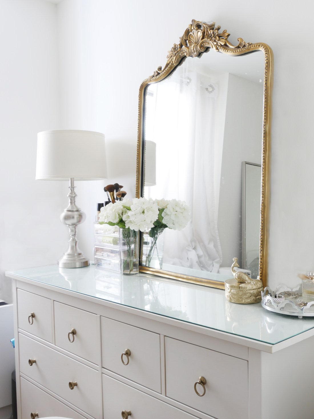 Struggle to find ways to create a glam dresser? Not sure how to decorate it? This one trick will transform your dresser and make it a show-stopper! #dresserdecor #dressermakeover #smallbedroomideas #bedroomideas #bedroomdecor