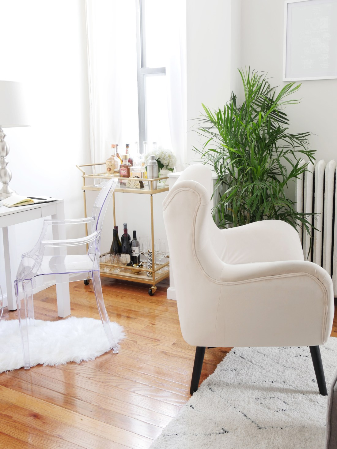 If you're a renter, you should be doing all of these things in your home! #budgetfriendlydecoratingideas #decoratingideas #decoratingideasforapartments #rentalhomedecoratingdiy #smalllivingroomideas #smallapartmentdecorating