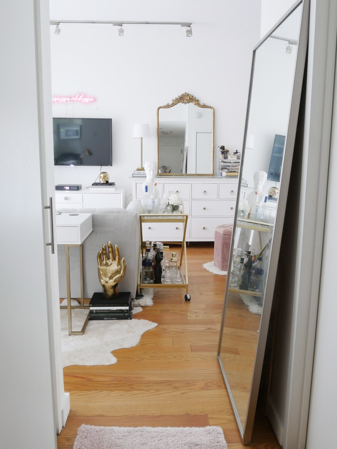 Live in a small apartment and don't know how to decorate it? Or on a tight budget and feel like you don't have the money to spend on new furniture? Well, you can finally erase those fears! Learn how to decorate turn a small space into a chic home WHILE staying on a budget! #studioapartmentideas #tinystudioapartmentideas #studioapartmentdecorating #decoratingonabudget #smallapartmentideas