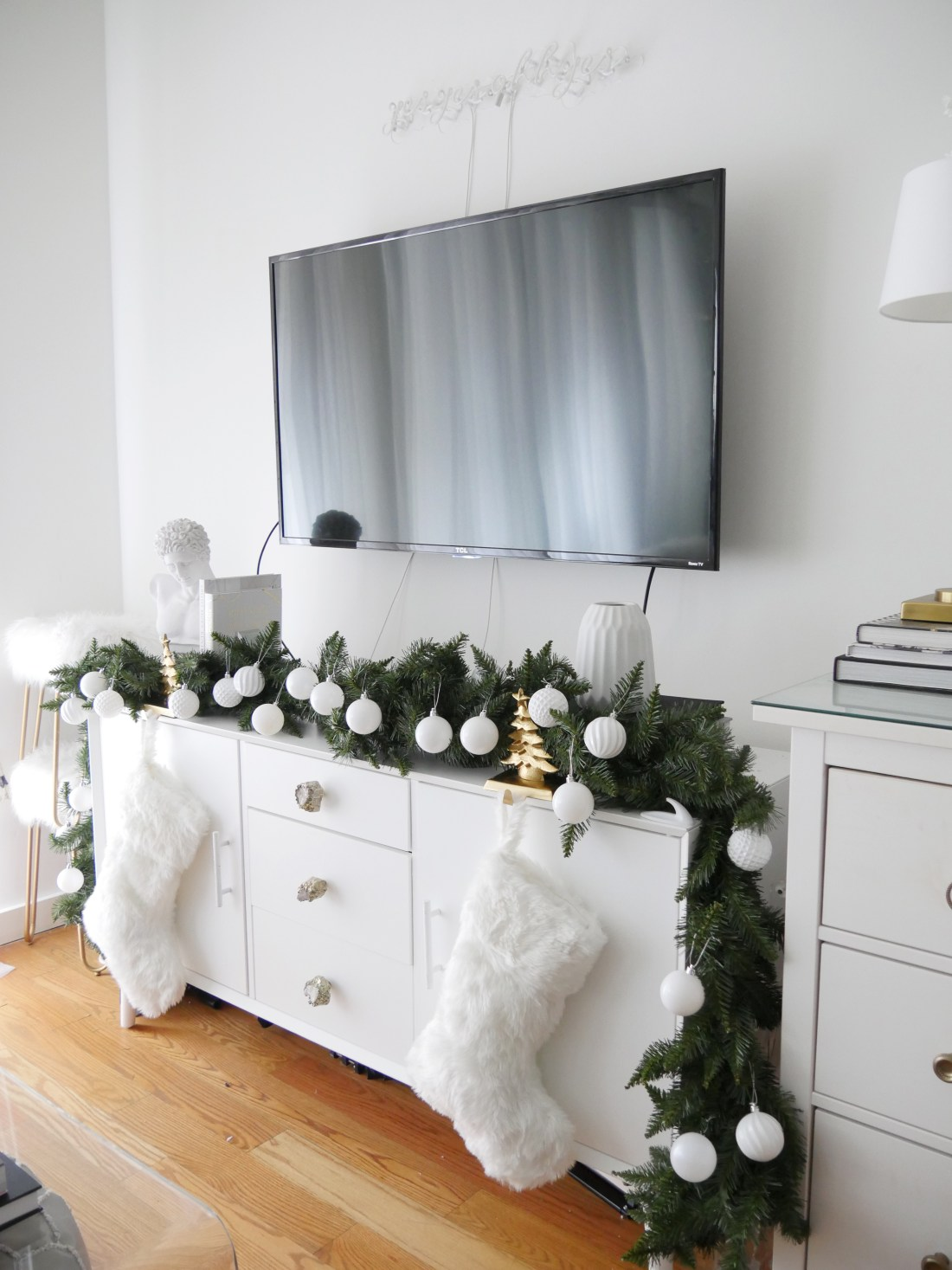 Learn how to decorate your home for the holidays/ for Christmas without having a tree. #Christmasdecorations #christmasdecordiy #christmasdecor #holidaydecor #holidaywreaths