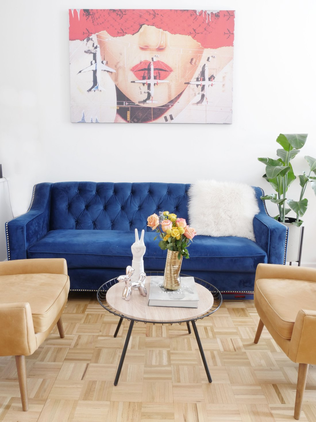 Live in a studio apartment and need some inspiration? This eclectic living room is everything a renter can dream of. #studioapartmentideas #tinystudioapartmentideas #studioapartmentdecorating #decoratingonabudget #smallapartmentideas #livingroomdecor #livingroomideas