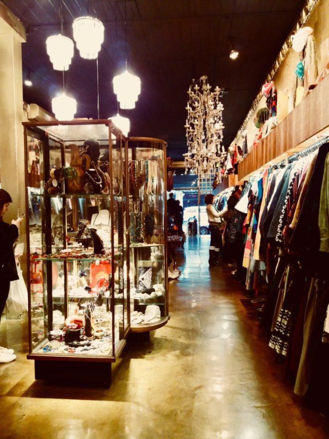 561e40e59fd9 Είτε το πιστεύετε, είτε όχι, αυτό το μαγαζί πουλά αποκλειστικά  μεταχειρισμένα ρούχα και αξεσουάρ, προσεκτικά διαλεγμένα. Θέλει χρόνο,  κοφτερό ματι, ...