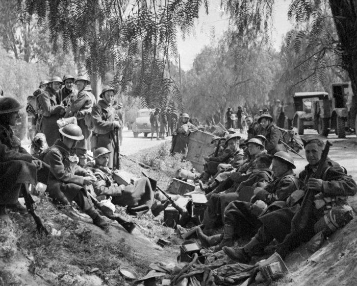 2nd_nzef_troops_on_retreat_in_greece._1941-Nauplion