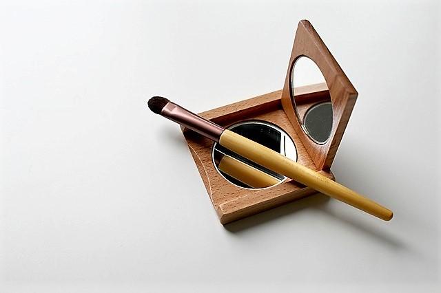 https://pixabay.com/en/brush-cosmetics-makeup-applying-1930179/