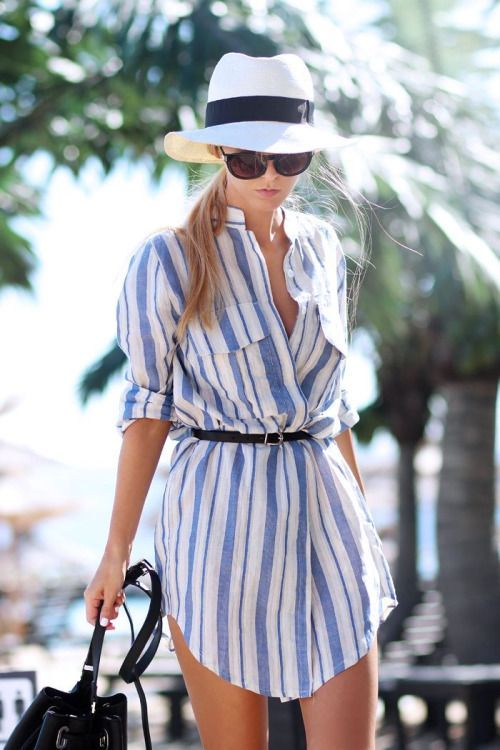 Платье в морском стиле в гардеробе девушки