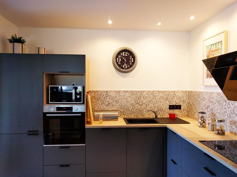 cuisine-moderne-credence-motifs-bois-et-gris-décoration-cityzend