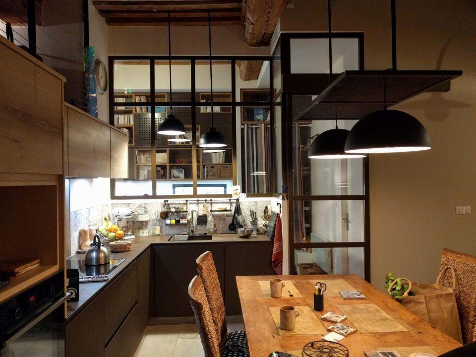 agencement et décoration d'une cuisine - verrière d'intérieur sur-mesure dans un canut à lyon - agence CITYZEN.D