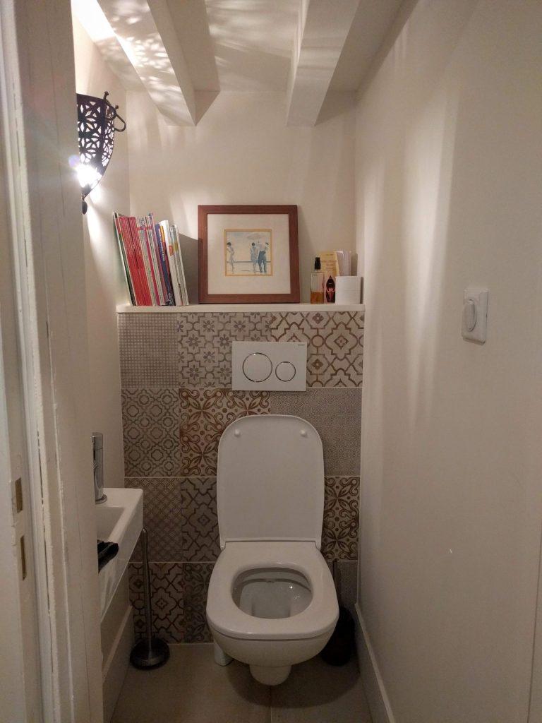 agencement et décoration d'unWC avec carrelage imitation carreaux de ciment - dans un canut à lyon - agence CITYZEN.D