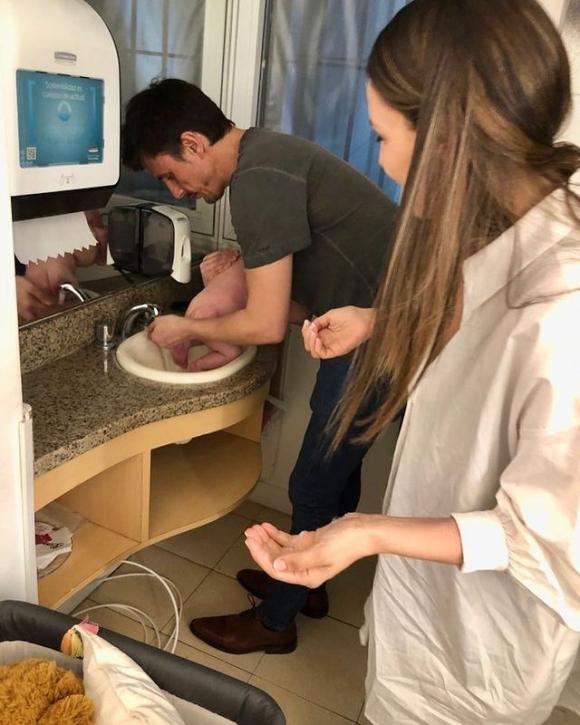 Pampita y Roberto García Moritán mostraron cómo cuidan a Ana en el camarín de ShowMatch