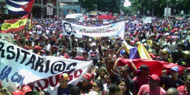 En respaldo a la paz y el diálogo jóvenes colman Miraflores