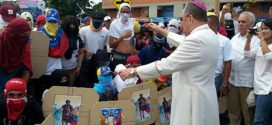 """""""Terroristas Guarimberos"""" reciben bendiciones del Arzobispo durante procesión de la Divina Pastora"""