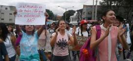 Colombianos marchan en defensa de la educación pública