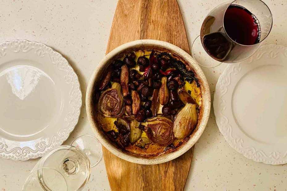 ciuperci brune cu fenicul, ardei iute și vin roșu la cuptor