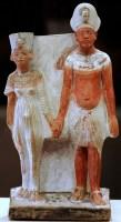 تمثال لاخناتون وزوجته يعبر عن الترابط الأسري