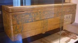 شكل التابوت الخشبي للوزير نختي من الأسرة الثانية عشر والذى عثر عليه في أسيوط وهو محفوظ الآن في متحف اللوفر بباريس
