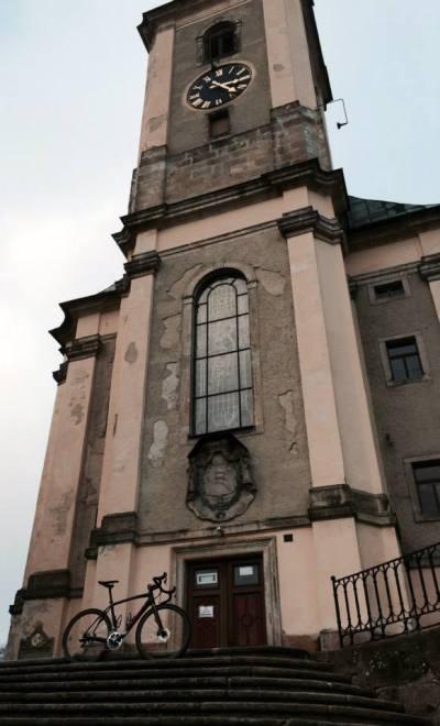... kostelní věž byla vystavěna roku 1777 ...