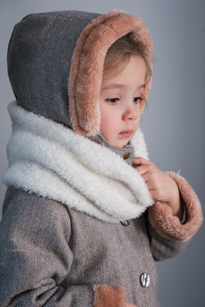portrait d'une petite fille de 3 ans en manteau