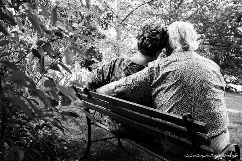 portrait en noir et blanc d'un couple assis sur un banc
