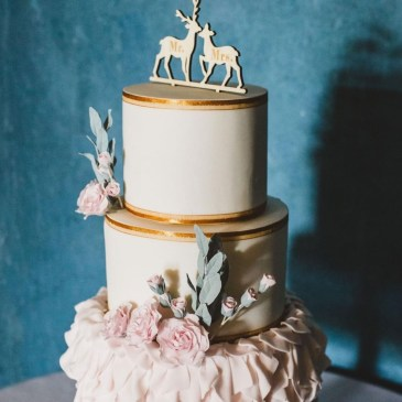 white and gold cake with sugar roses