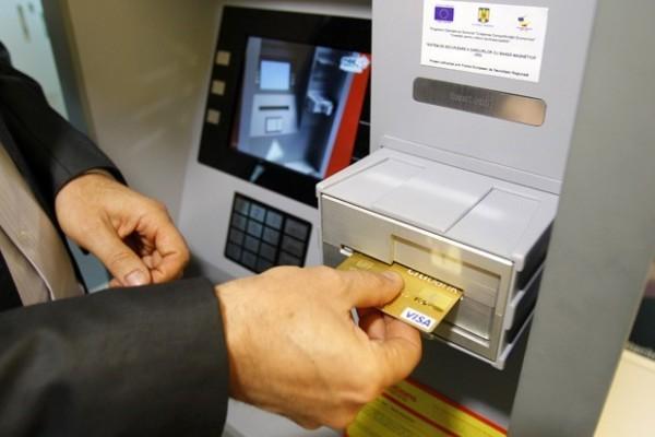 Presidente da MB Telecom e co-inventor do SRS, Mircea Tudor demonstra protótipo, que aceita cartões inseridos horizontalmente. Ao serem rotacionados internamente, ladrões não conseguem roubar informações da tarja magnética do cartão