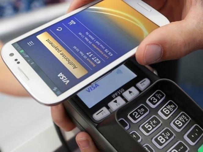 Tudo bem, o iPhone 6 tem NFC, conexão sem fio para transferência de dados. O problema é que ele só poderá ser usado para o sistema de pagamentos, o Apple Pay. Na prática, portanto, o NFC não existe para ser usado no iOS. Com NFC o usuário pode, além de realizar pagamentos, sincronizar seu smartphone com outros dispositivos, usar o gadget como passagem aérea ou de ônibus ou recarregar seu bilhete único.