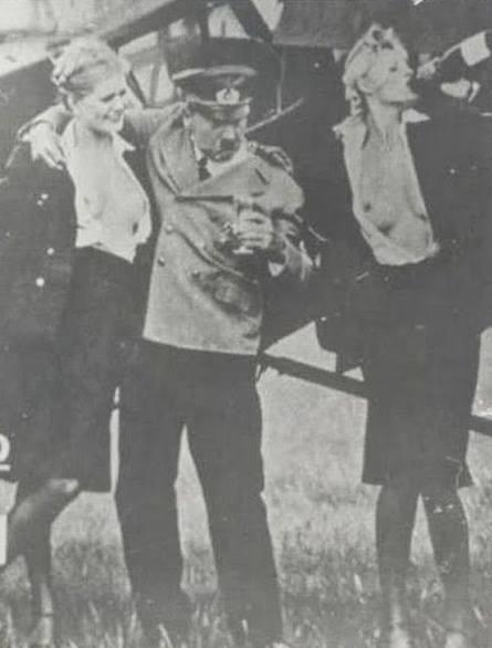 Hitler se divertindo com algumas prostitutas