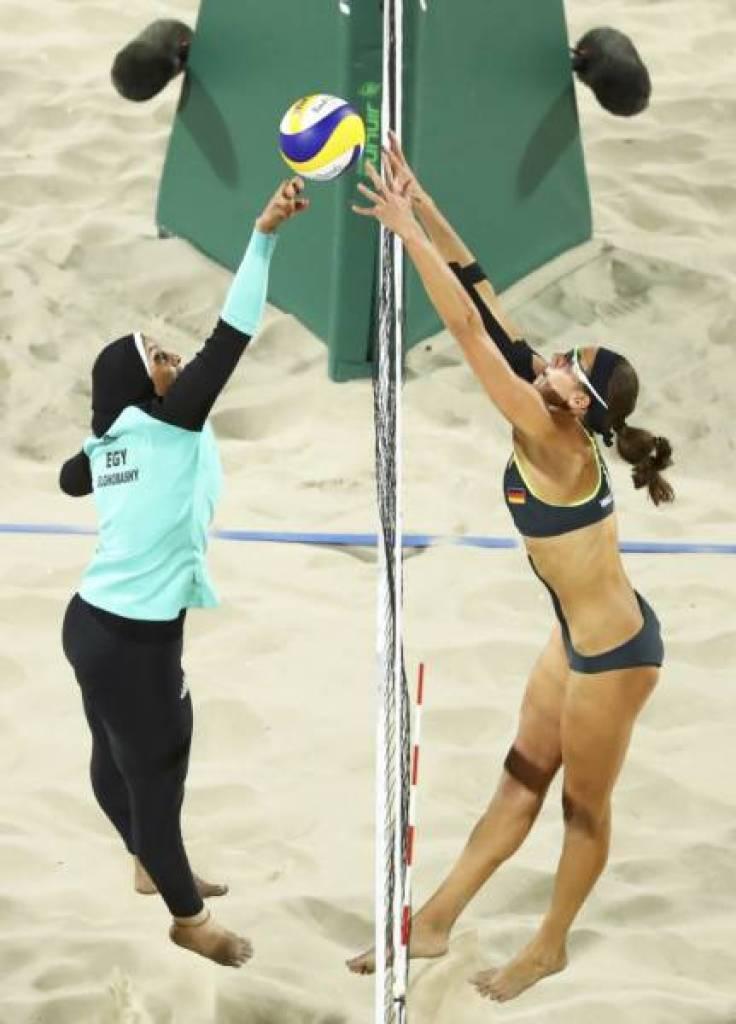 Atletas de Egito e Alemanha na disputa do vôlei de praia. Por conta dos preceitos religiosos, a dupla egípcia usou véu e calça, Olimpíadas RIO 2016