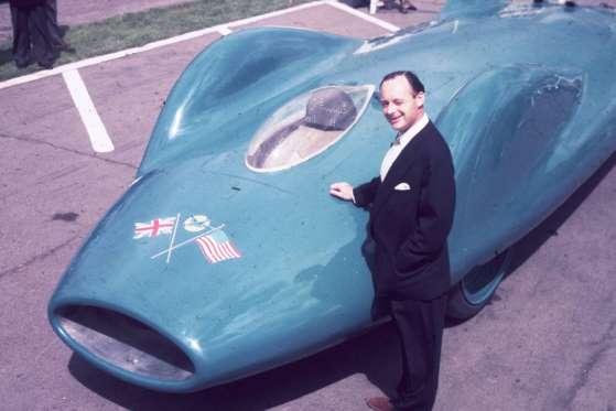 Em 1960, Donald Campbell (1921-1967) usou um Bluebird para tentar quebrar recordes absolutos de velocidade tanto em água quanto na terra. Tragicamente, ele morreu em 1967 tentando vencer uma destas barreiras
