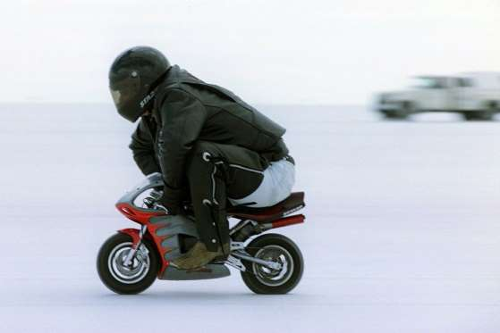 """O intrépido Mark Hammond, de Salt lake City, Utah, quebrou um recorde com uma """"pocket bike"""" em Bonneville, Utah, em 22 de setembro de 2000"""
