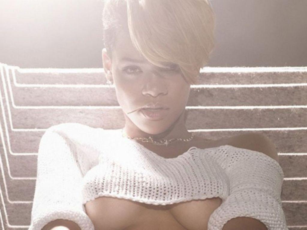 Rihanna underboobs