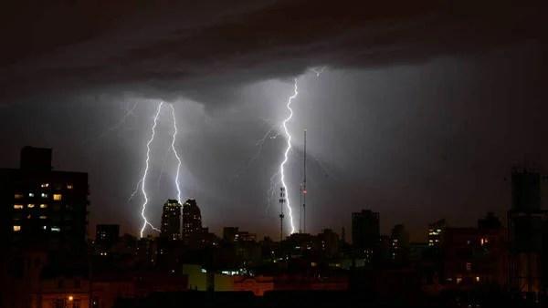 Fuertes tormentas con actividad eléctrica se registraron durante la noche y la madrugada sobre Buenos Aires. (TELAM)