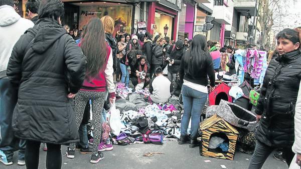Caos. Puestos, cuchas de perros, mercadería tirada en el piso, ocupación de veredas y calles, todo en negro y falsificado. El paseo comercial es un emporio de la venta ilegal y sigue creciendo.
