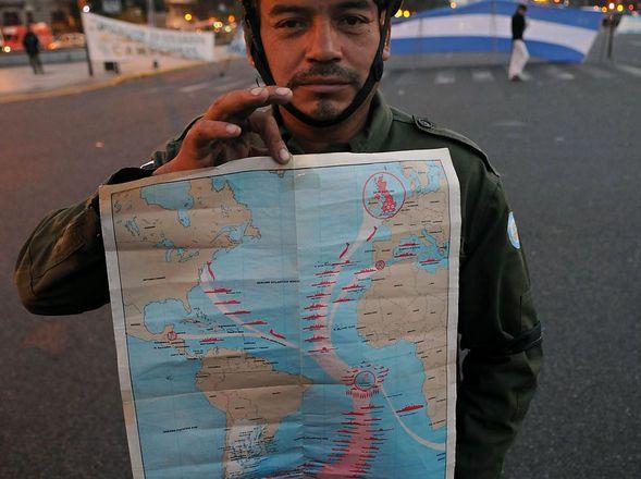 RECLAMO. Ex combatientes continentales de Malvinas cortan la 9 de Julio. (DyN)