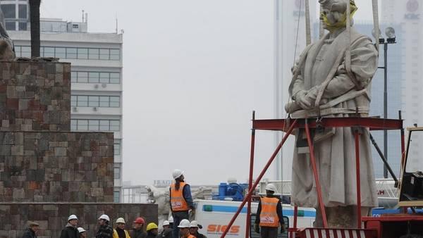 Traslado. La estatua de Colón, esta tarde, minutos antes de que la sacaran de la plaza que lleva su nombre. /Rolando Andrade