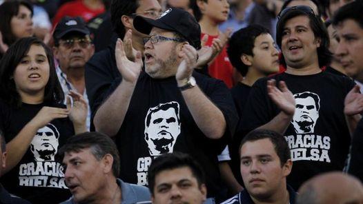GESTO. En las tribunas del estadio Monumental de Santiago. (AP)