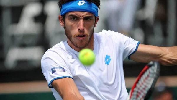 Leo Mayer le da de revés ante Botzer, en Sunrise, por la Copa Davis. (Télam)