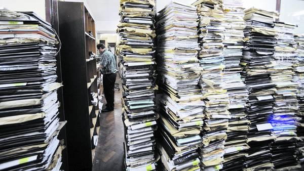 Apilados. Así se acumulan los expedientes de los jubilados en los tribunales del fuero previsional. El traslado a los juzgados del interior alivió los edificios, pero no acortó los procesos.
