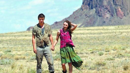 En el desierto Saoirse Ronan y Max Irons (hijo de Jeremy), en pleno romance./ALFA FILMS