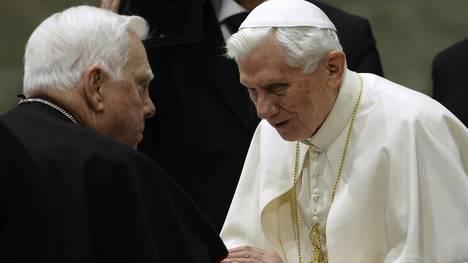 El papa Benedicto XVI saluda a cardenal Bernard Law, en el Vaticano, en 2013. / AFP